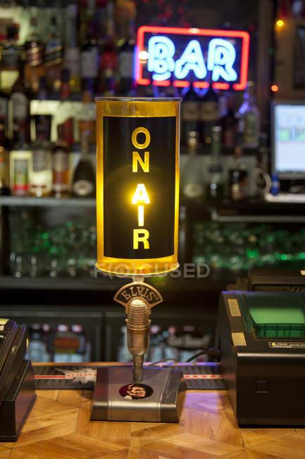 Lampe de modèle de radio dans le bar de modèle américain à Tallinn, Estonie — Photo de stock