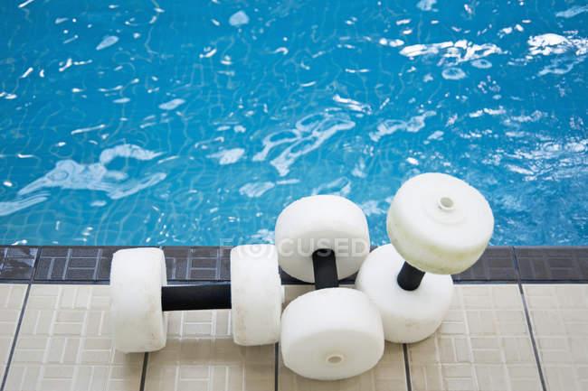 Flotteurs d'eau au bord de la piscine dans la piscine publique — Photo de stock
