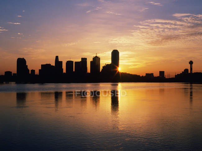 Dallas skyline at dawn with mirroring reflection in water, Texas, USA — Foto stock