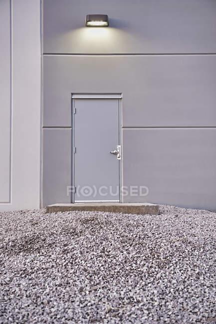 Einfache Haustür mit Kiesboden — Stockfoto