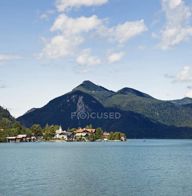 Ville de montagne avec des bâtiments et le lac, Alpes bavaroises, Allemagne — Photo de stock