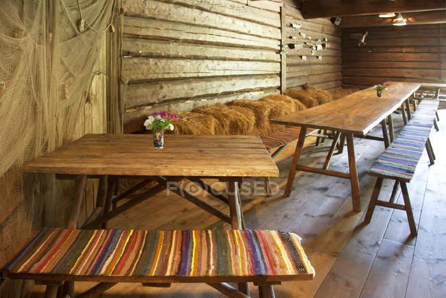 Tables à manger en bois dans la zone de loisirs, Altja, Estonie — Photo de stock