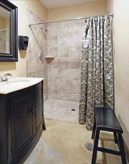 Vestiário e chuveiro em Health Club em Bradenton, Flórida, Estados Unidos — Fotografia de Stock
