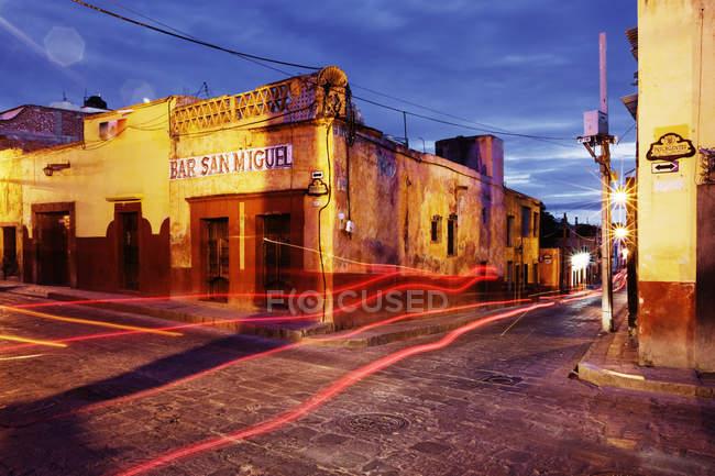 Перекресток и светофоры на улице в Сан-Мигель-де-Альенде, Гуанахуато, Мексика — стоковое фото