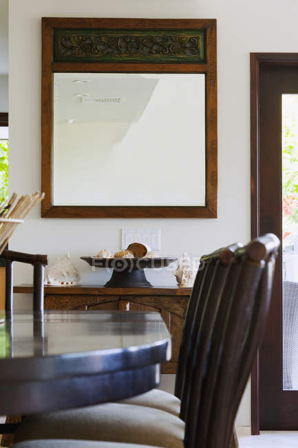 Specchio in sala da pranzo di lusso in interni di proprietà di lusso — Foto stock