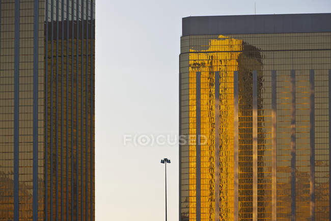Modern buildings exterior with sunset sunlight reflection in facades — Fotografia de Stock
