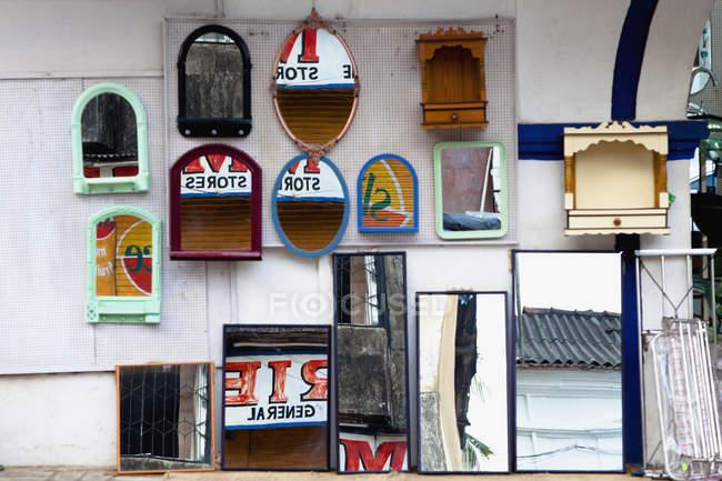 Espejos en exhibición en la calle, Panjim, Goa, India - foto de stock