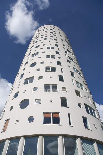 Vue en angle bas de la tour Tigutorn contre le ciel bleu à Tartu, Estonie, Europe — Photo de stock