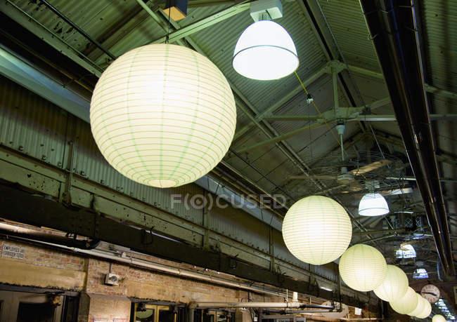 Светильники в промышленном здании, Нью-Йорк, Нью-Йорк, США — стоковое фото