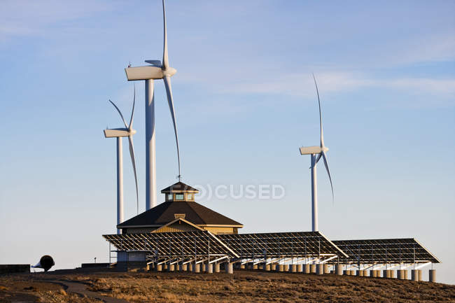 Wind turbines, solar panels and farmhouse, Ellensburg, Washington, USA — Stock Photo