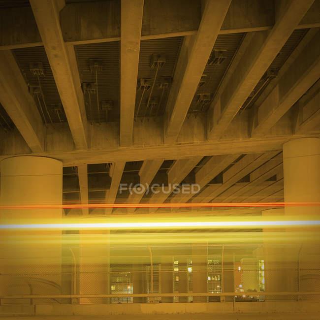 Freeway overpass support structure at night, San Francisco, California, Estados Unidos - foto de stock