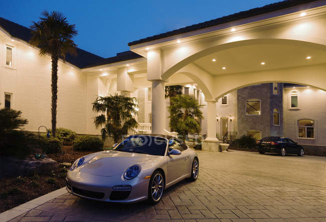 Large luxury home with sports cars, Virginia, United States — Stock Photo