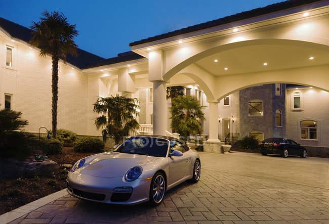 Grande casa di lusso con auto sportive, Virginia, Stati Uniti — Foto stock