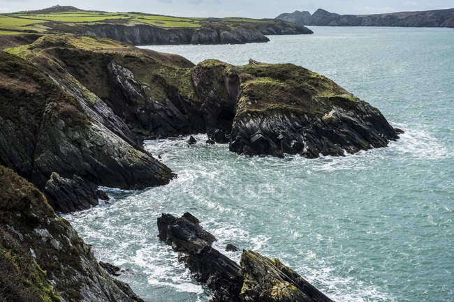 Rugged ocean coastline of Pembrokeshire National Park, Wales, UK. — Stock Photo
