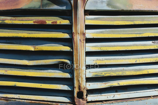 Close-up of front grille from abandoned antique truck — Stock Photo