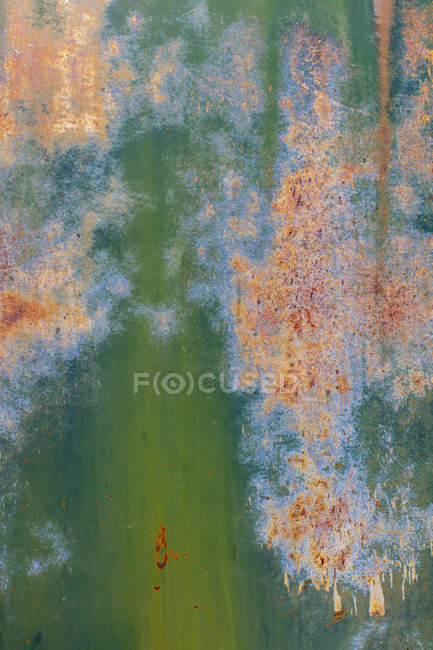 Close-up of peeling green paint and rust on metal wall — Stock Photo