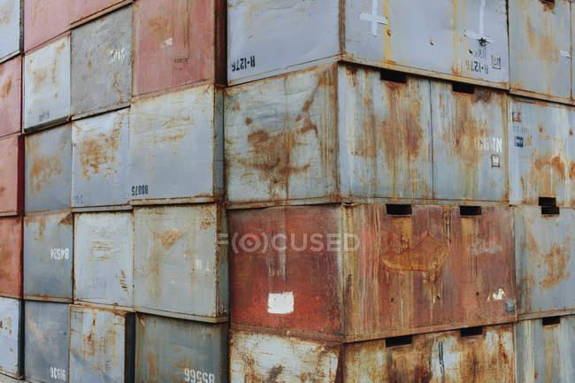 Стеки іржавих металевих контейнерів з номерами при завантаженні Dock. — стокове фото
