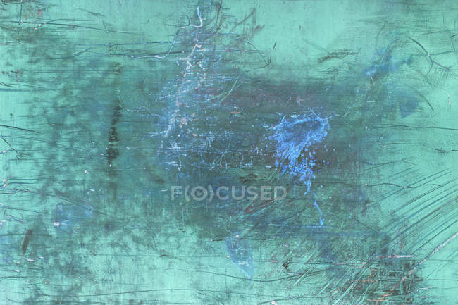 Image inversée de marques de rayures et de peinture à peler sur un mur métallique . — Photo de stock