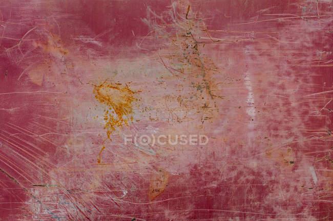 Красная металлическая стена с маркировкой ржавчины и царапин . — стоковое фото