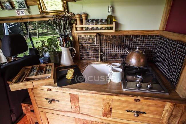 Внутренний вид фургона с небольшой зоной для приготовления пищи и раковиной . — стоковое фото