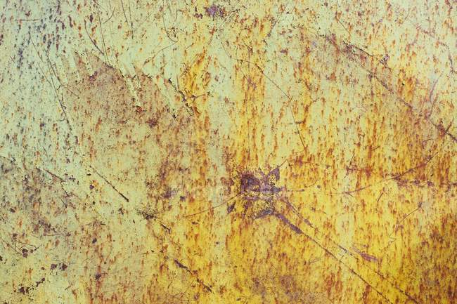 Detail of rusty metal and peeling paint on yellow wall — Stock Photo