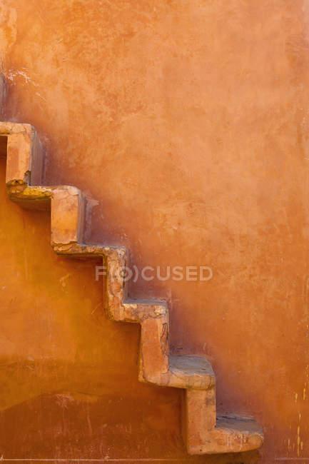 Eingebaute Stufen an der Wand, jaipur, rajasthan, indien — Stockfoto