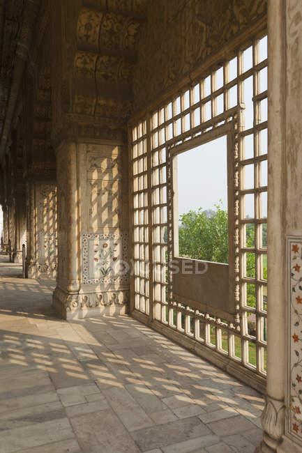 Багато прикрашений вікна в червоному Форт Індії, Азія — стокове фото