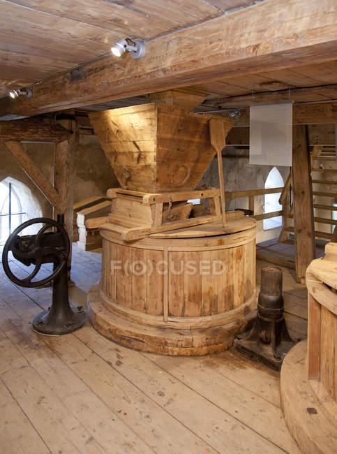 Molino de agua de estilo antiguo con equipo vintage en Vihula, Estonia - foto de stock