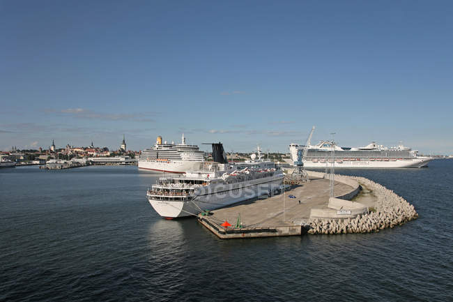 Navires sur l'eau par la rive du port de Tallinn, Estonie — Photo de stock