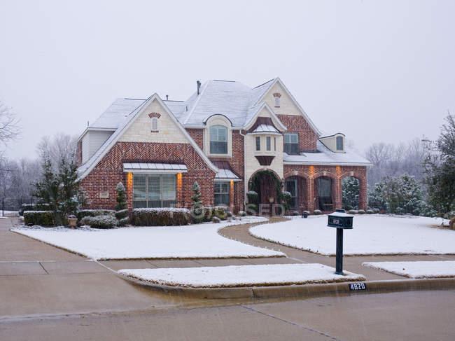 Casa grande em Wintertime, McKinney, Texas, Estados Unidos — Fotografia de Stock