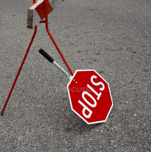 Ручний знак зупинки на асфальті дороги, Крупний план — стокове фото