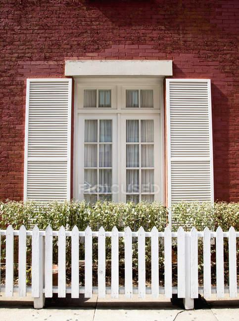 Цегляний будинок і білий Пікет паркан у Нью-Йорку, Нью-Йорк, Сполучені Штати — стокове фото