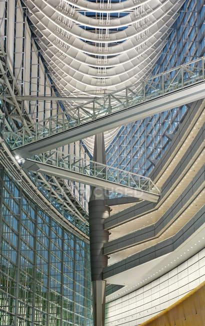 Tokyo International Forum interior in low angle view, Tokyo, Japan - foto de stock