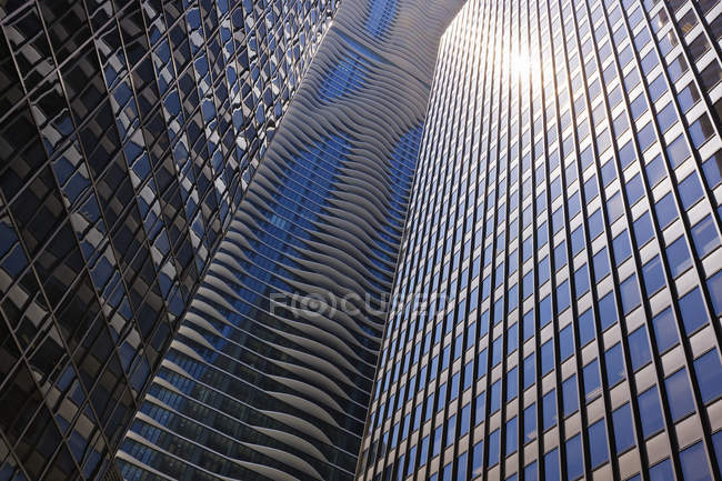 Vista de bajo ángulo de los rascacielos de Chicago con reflejo de luz solar brillante, Illinois, Usa - foto de stock