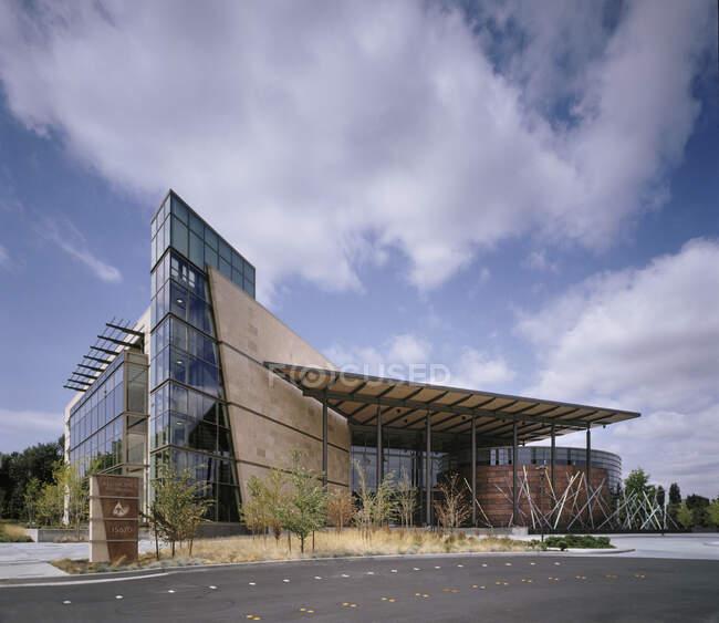 Edificio moderno esterno, sporgenza e torre con pannelli di vetro — Foto stock