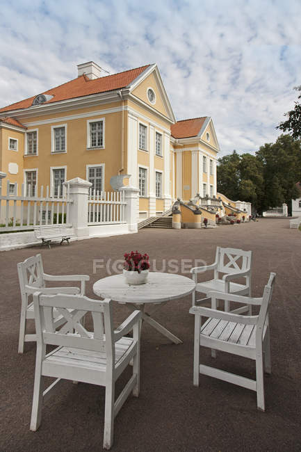 Outdoor table and chairs at Palmse Manor, Laane-Viru, Estonia — Stock Photo