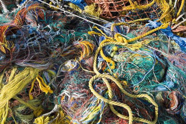 Montón de redes de pesca en varios colores, marco completo - foto de stock