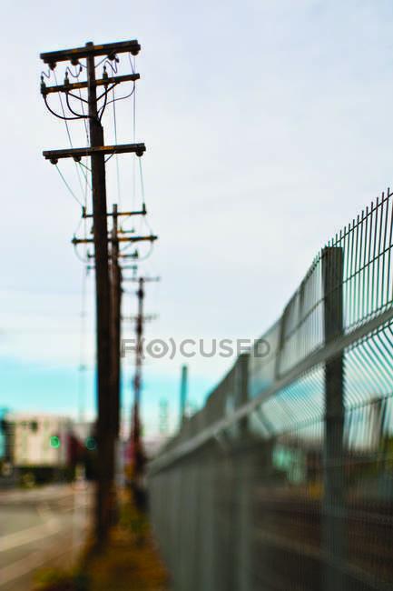 Esgrima e postes de energia em San Francisco, Califórnia, Estados Unidos — Fotografia de Stock