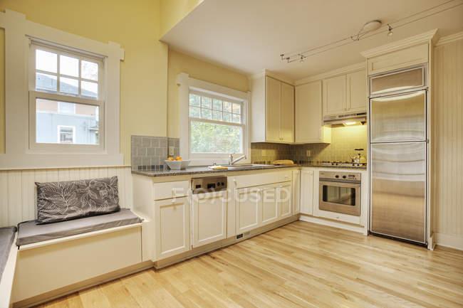 Скамейка сидения в современной кухне интерьер дома — стоковое фото