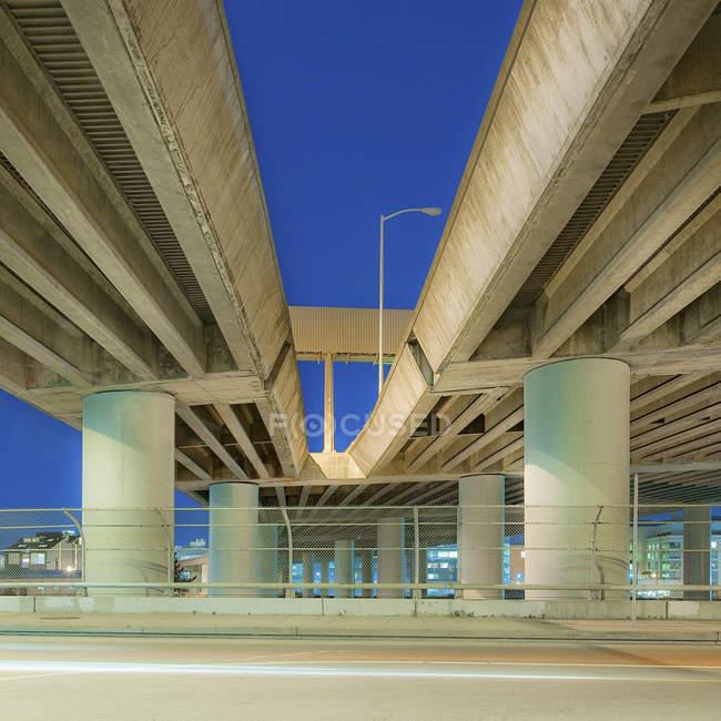 Структура путепровода ночью, вид с низкого угла — стоковое фото