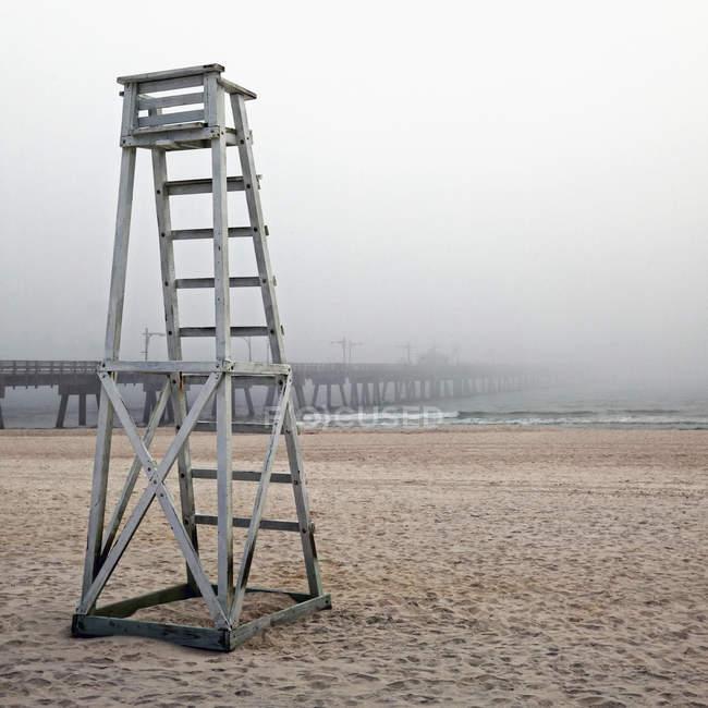 Chaise de sauveteur vide et jetée en bois dans le brouillard, Panama City Beach, Floride, États-Unis — Photo de stock