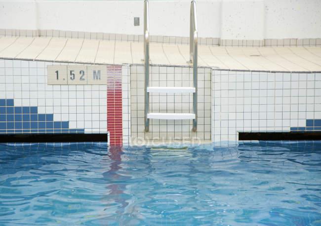 Échelle allant dans la piscine publique — Photo de stock