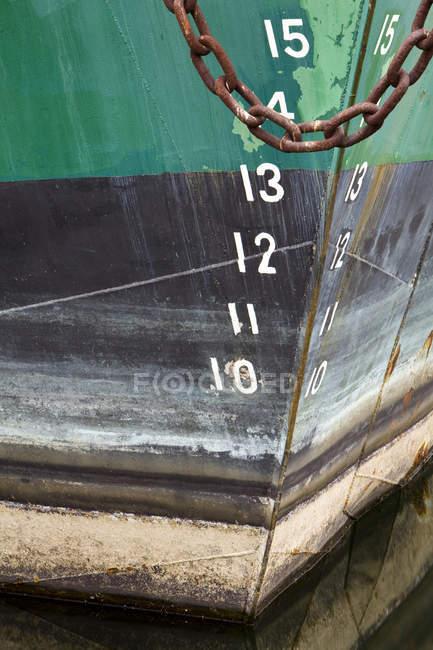 Корпус човна з іржавими ланцюжками і цифрами, Крупний план — стокове фото