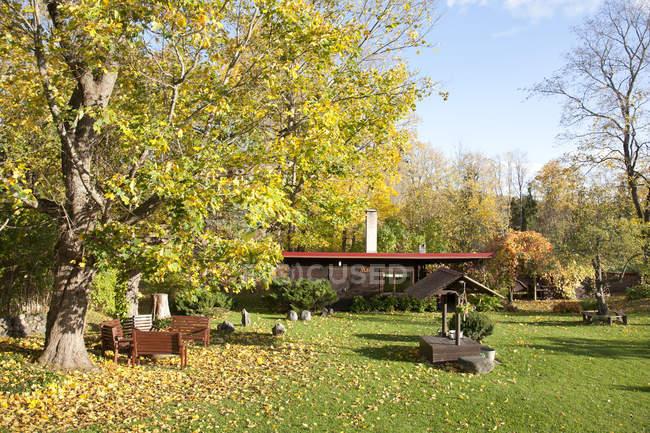 Сад з добре і сауною в Тарту, Естонія — стокове фото
