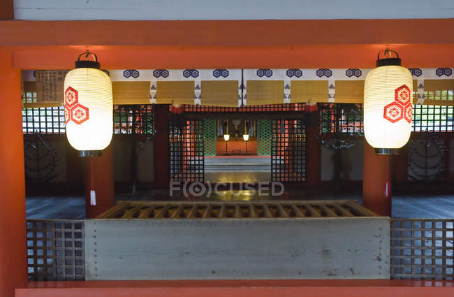 Interior with illuminating lanterns of Itsukushima Shrine, Hiroshima, Miyajima, Japan — Fotografia de Stock