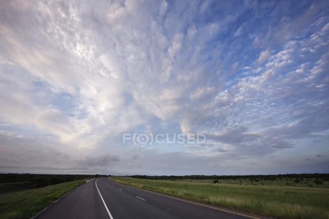 Usa interstate 35 al amanecer, Laredo, Texas, Estados Unidos - foto de stock