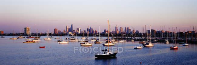 Boats in marina cityscape at Brighton Beach, New York City, New York, USA — Stock Photo