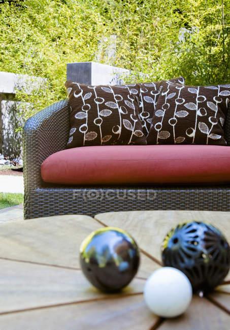 Sofá exterior y decoración en mesa de madera en el patio - foto de stock