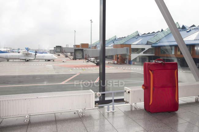 Bagages roulants dans le hall de l'aéroport de Tallinn, Tallinn, Estonie, Europe — Photo de stock