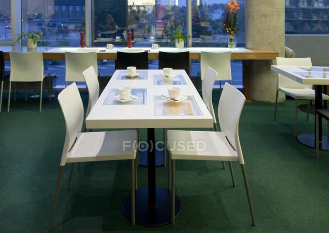 Обідній стіл в висококласному кафе в Тарту, Естонія — стокове фото